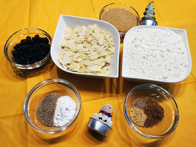 Trockene Zutaten für weihnachtliches Honigbrot