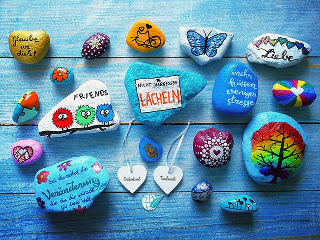 Tiere, Schriftzüge und andere Motive auf Steinen