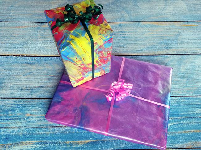 Bemaltes Geschenkpapier