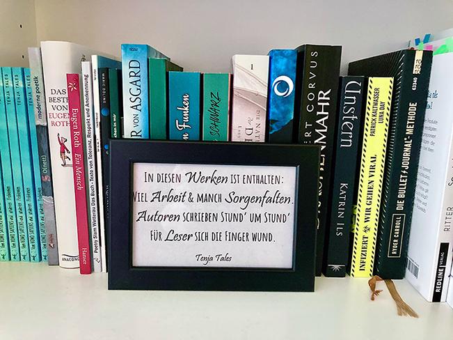 Beispiel eines Epigramms im Bücherregal